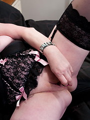 This mama loves to play with her pussy