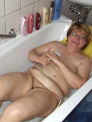 Chubby mature slut playing in her bathtub