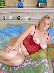Mature Rosi loves to get naked and show us all