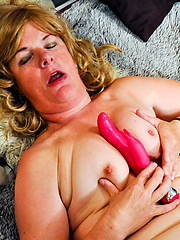 European mature loves her hole with pink dildo