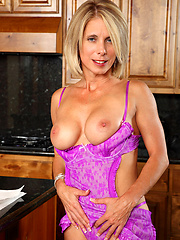 Tempting housewife Jenny Mason masturbates with a pink vibe in the kitchen