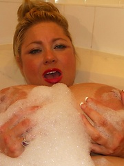 Busty plumper Samantha 38G playing in bath