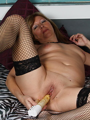Mom putting vibrator in own aged hole