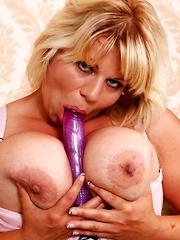 Big breasted mom Flavia getting very naughty