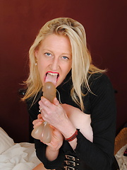 Mature lady playing with her huge pussy lips