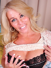 This naughty American housewife loves to play with herself