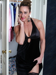 Muscled American housewife playing with herself