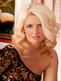 mature model Olivia Jayne